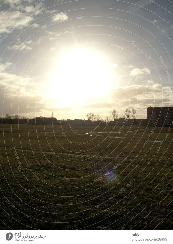 sonnenwiese Wolken Wiese Gebäude Gegenlicht Menschenleer Sonne lensflares