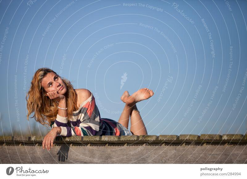 Was erwartet uns wohl heute? Mensch Frau Jugendliche blau schön Sommer Erwachsene Junge Frau feminin Leben Erotik Gefühle Holz Denken 18-30 Jahre träumen