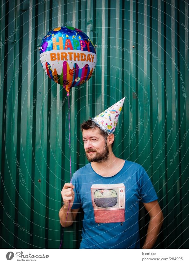Happy B. - II Geburtstag Happy Birthday Luftballon Mann Mensch Junger Mann Bart alt Senior Wand Feste & Feiern Party stehen Lächeln Traurigkeit Reihe lustig