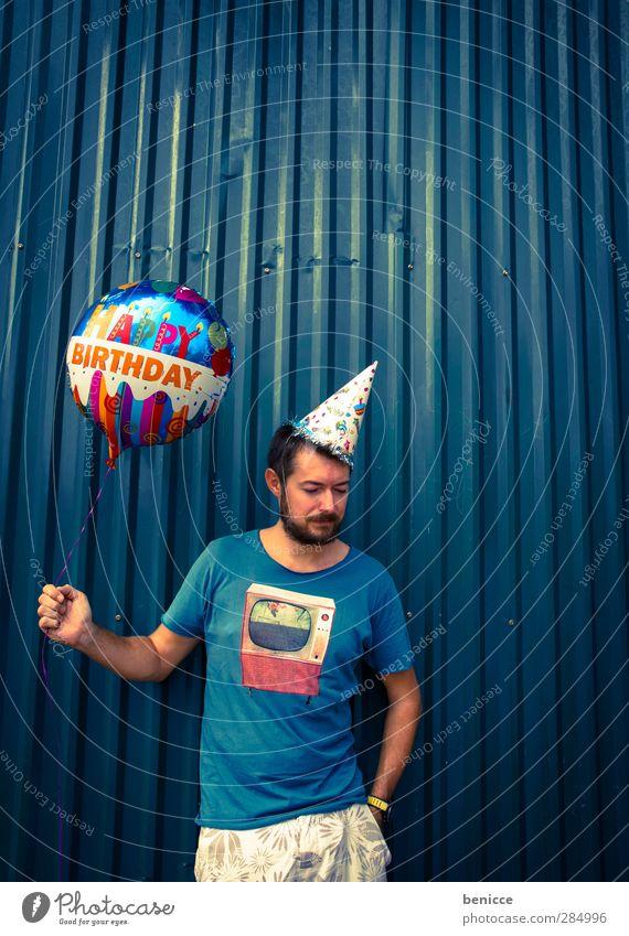 Happy B. - III Geburtstag Happy Birthday Luftballon Mann Mensch Junger Mann Bart alt Wand Feste & Feiern Party stehen Lächeln Traurigkeit Reihe lustig Humor