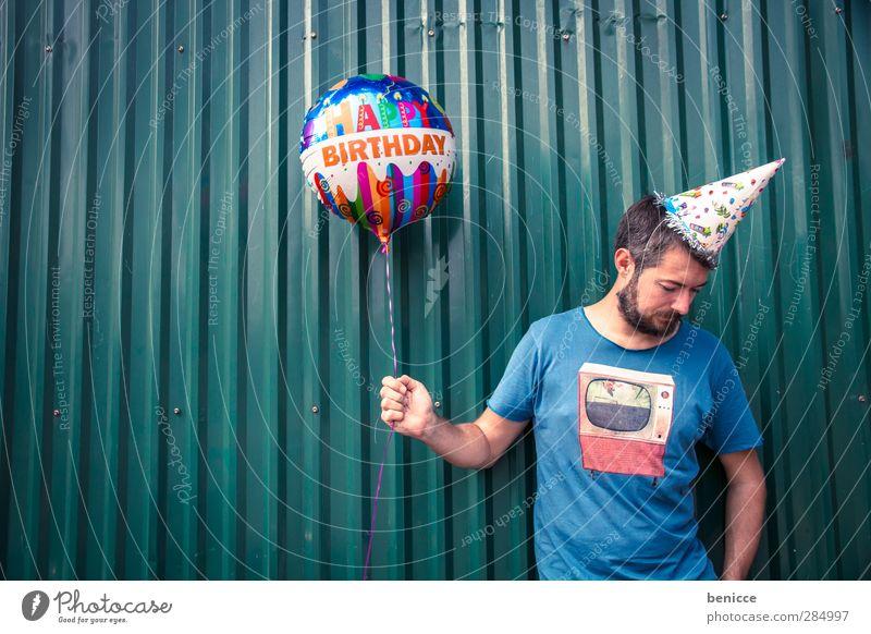 Happy B. - IV Geburtstag Happy Birthday Luftballon Mann Mensch Junger Mann Bart alt Wand Feste & Feiern stehen Lächeln Traurigkeit Reihe lustig Humor Freude