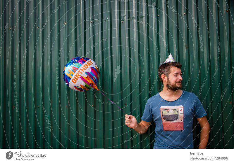 Happy B. - V Geburtstag Happy Birthday Luftballon Mann Mensch Junger Mann Bart alt Senior Wand Feste & Feiern Party stehen Lächeln Traurigkeit Reihe lustig