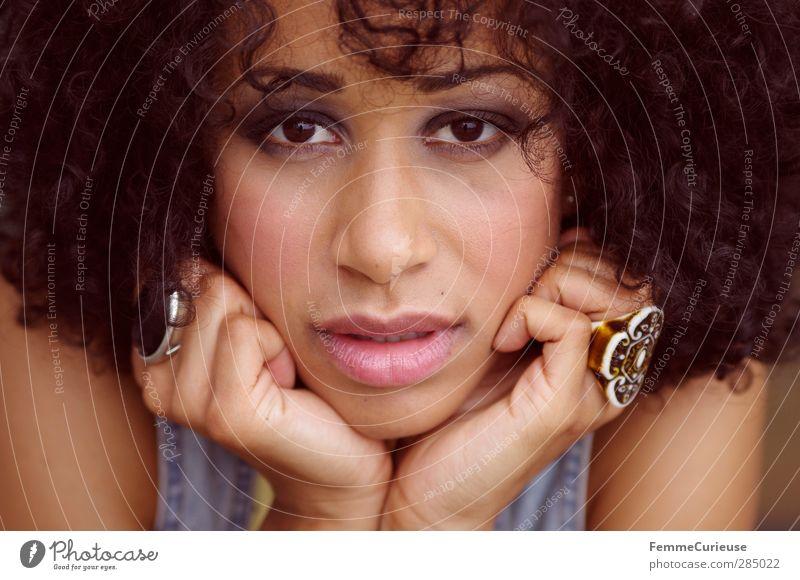 Im Visier. Lifestyle elegant Stil schön Schminke Lippenstift Wimperntusche Rouge feminin Junge Frau Jugendliche Erwachsene Haut Kopf Haare & Frisuren Gesicht