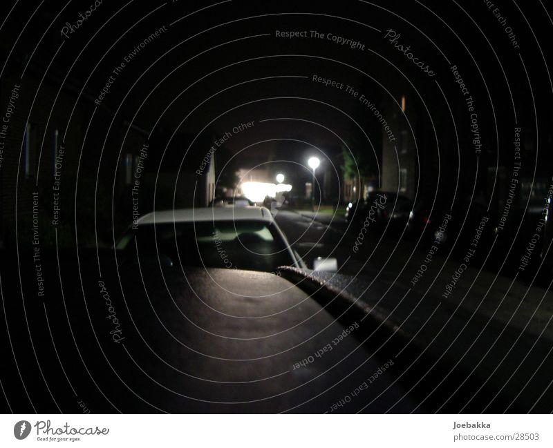 DarkTown Nacht dunkel Laterne Dach Langzeitbelichtung PKW Straße Ferne