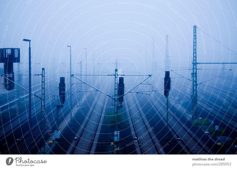 NEULICH MORGEN Stadt dunkel kalt Architektur Linie außergewöhnlich Nebel trist bedrohlich Güterverkehr & Logistik Laterne Gleise Verkehrswege Bahnhof parallel