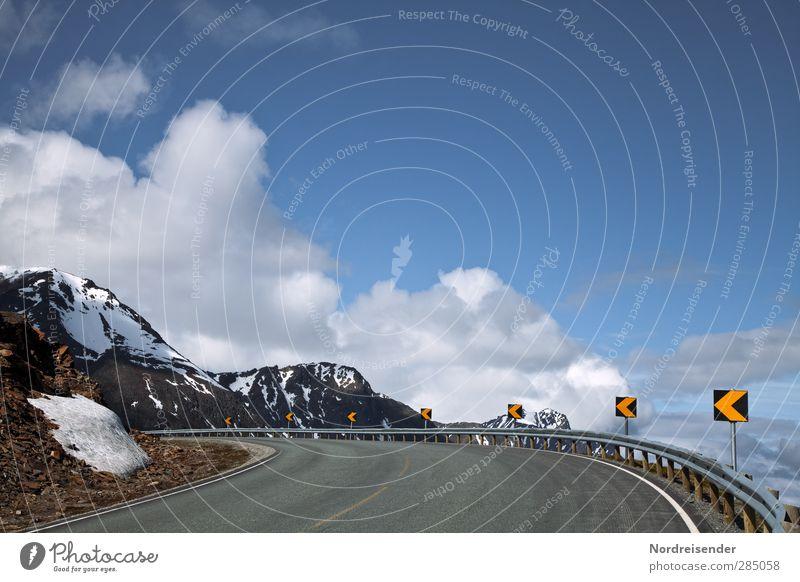 Aufwärts... Himmel blau Sommer Einsamkeit Wolken Landschaft gelb Berge u. Gebirge Straße Linie Felsen Schilder & Markierungen Verkehr Schönes Wetter Hinweisschild Sicherheit