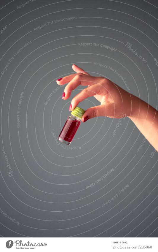 a gift...mon chéri Hand rot grau Glas Finger festhalten Blut Kriminalität Fingernagel Gift Mord vergiften Unterarm Flasche Frauenhand Babyfläschchen