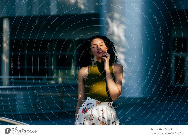 Lächelnde Frau auf der Straße hübsch laufen heiter Glück lässig selbstbewußt Mode schön Jugendliche Stadt Mädchen Stil Großstadt Porträt Beautyfotografie