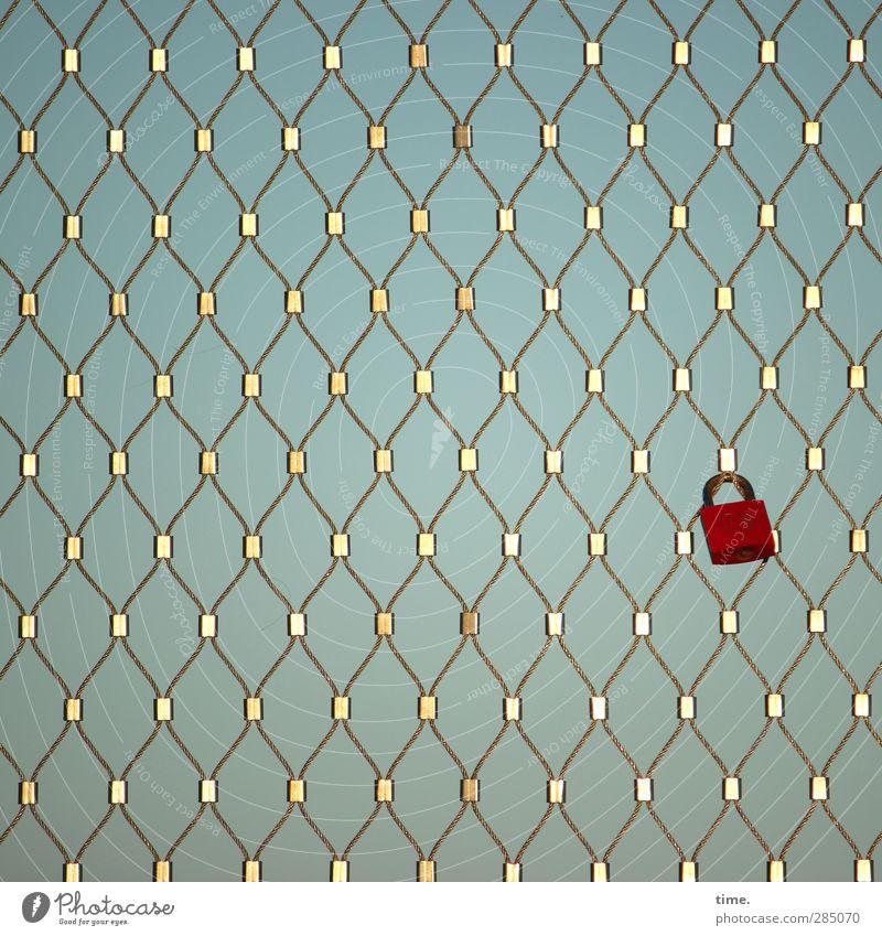 glücklich | Kultstätte in spe Schloss Gitter Valentinstag Hochzeit Ritual gold rot Erwartung Glück nachhaltig Netzwerk Versicherung Farbfoto Außenaufnahme