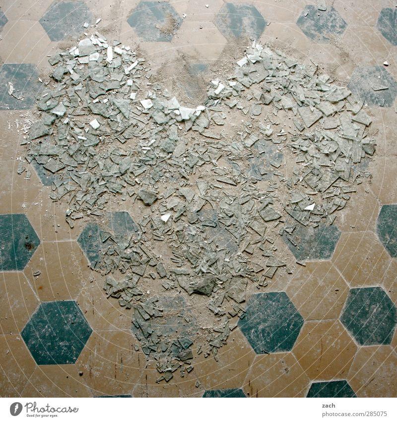 glücklich   Scherben bringen Glück blau Liebe Gefühle Glas Herz Schilder & Markierungen Hochzeit kaputt Vergänglichkeit Romantik Zeichen Wut Verliebtheit Ruine