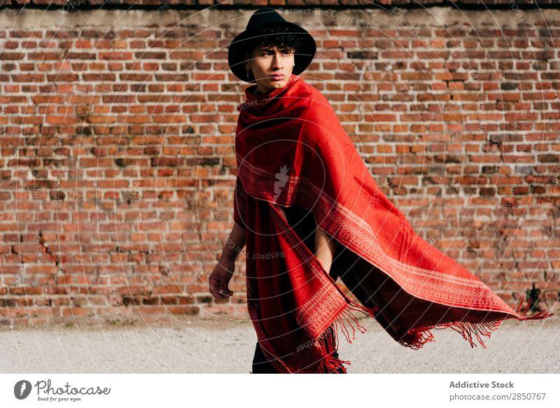 Asiatischer Mann mit rotem Schal und Hut gutaussehend Jugendliche Stil asiatisch Mensch Porträt Mode Model modern Typ Lifestyle attraktiv Coolness lässig