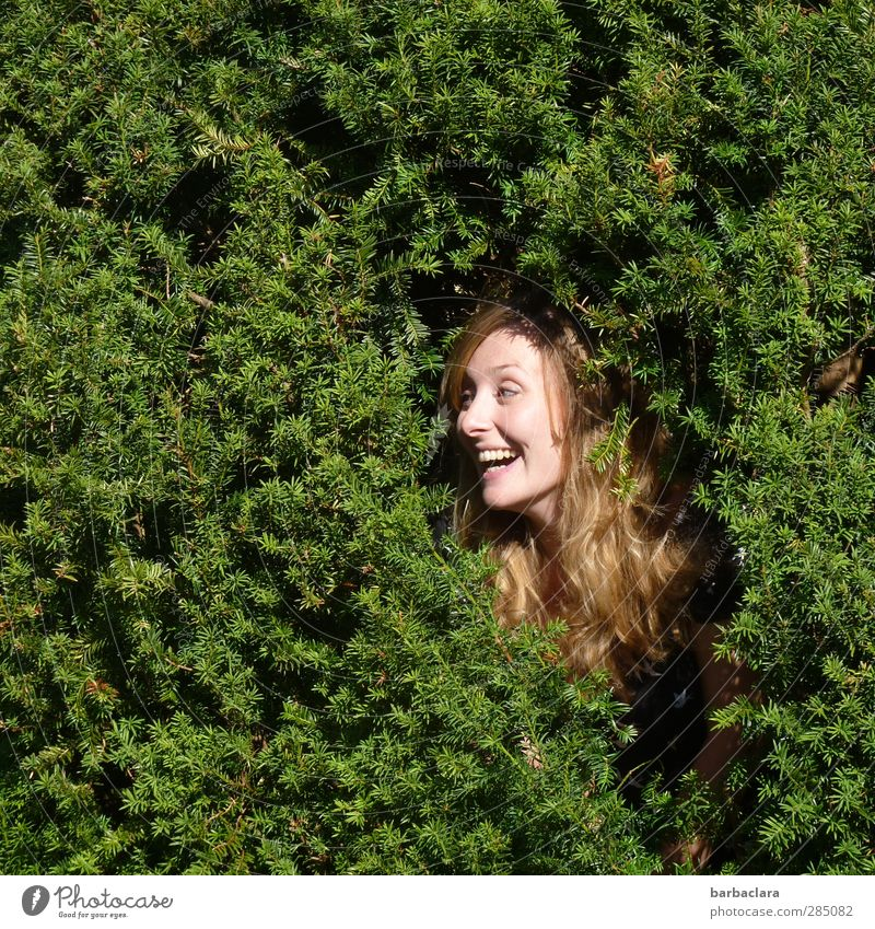 glücklich | Ich bin so gern im Grünen Frau Natur Jugendliche grün Sommer Pflanze Baum Freude Erwachsene Junge Frau feminin lachen Glück Kopf Garten Gesundheit