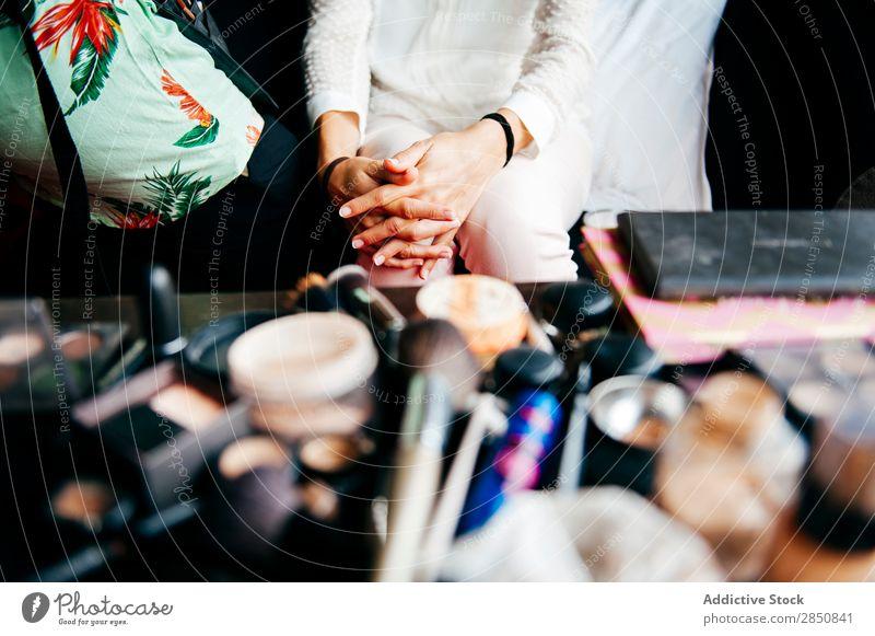 Person in der Nähe des Make-up-Tisches Mensch Schminke Kosmetik Beautyfotografie Mode Fürsorge Glamour Hautpflege Behandlung perfekt Werkzeuge