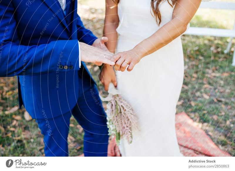 Hochzeitspaar hält Händchen Braut striegeln Bank Paar romantisch Feste & Feiern Zusammensein Händchenhalten Sommer Blume geblümt Außenaufnahme Engagement Liebe