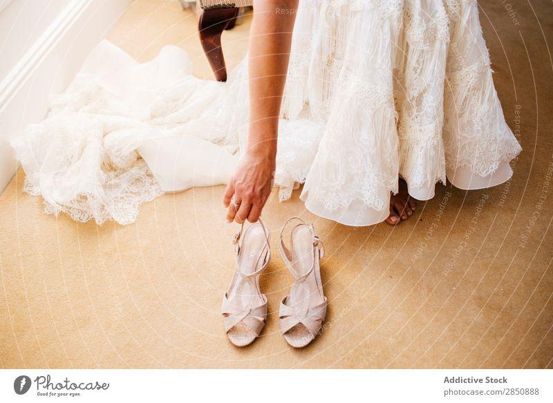 Getreide Braut zieht Schuhe an Dressing Hochzeit Kleid Vorbereitung hochzeitlich Spitze Damenschuhe anhaben anmachend romantisch ausgefallen Kittel