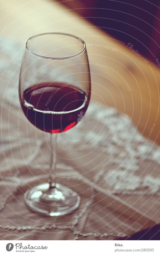 Genuss in rot. ruhig Erholung Wohnung Glas Zufriedenheit elegant Lifestyle Tisch Getränk Romantik trinken Kultur Wein genießen Bar