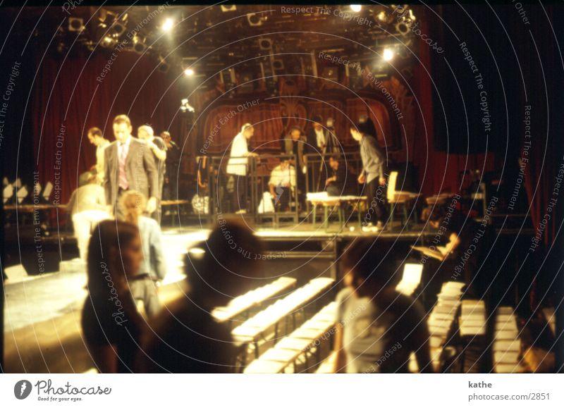 showroom Show Modenschau London Bühne Bank Bühnenbeleuchtung Mensch rowdies Muster Scheinwerfer