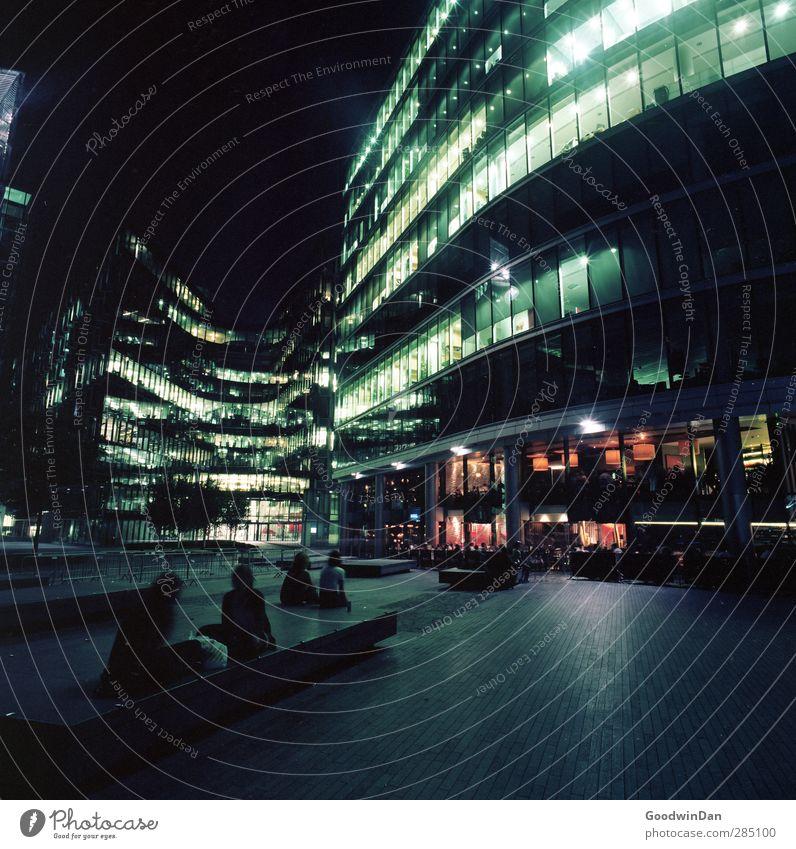Geräusche einer Stadt. Mensch maskulin feminin Hauptstadt Stadtzentrum bevölkert Haus Hochhaus Bankgebäude Gebäude Architektur Fassade Terrasse dunkel