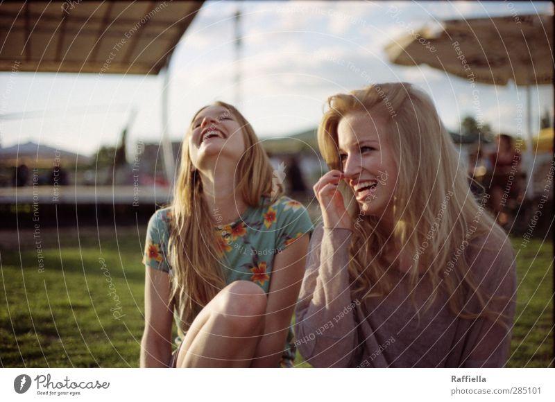 glücklich | feminin Junge Frau Jugendliche Kopf Haare & Frisuren Gesicht 2 Mensch 18-30 Jahre Erwachsene T-Shirt Pullover blond langhaarig genießen lachen