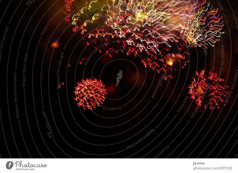wumms. krach. peng. blau schön rot Freude schwarz gelb Ferne dunkel oben Party Feste & Feiern beobachten Neugier genießen violett Silvester u. Neujahr