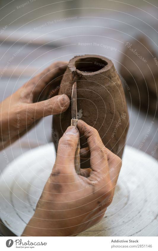 Nahaufnahme der Tonvase am Rad Frau Werkstatt Formgebung Vase Steingut Topf Strukturen & Formen Tradition Material Fähigkeit beherrschen Geschirr