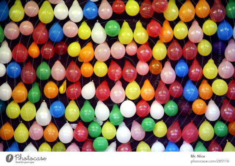 UT Köln | peng Oktoberfest Jahrmarkt Luftballon werfen blau mehrfarbig gelb grün orange rosa rot weiß Freude Wurfbude Schausteller Freizeit & Hobby