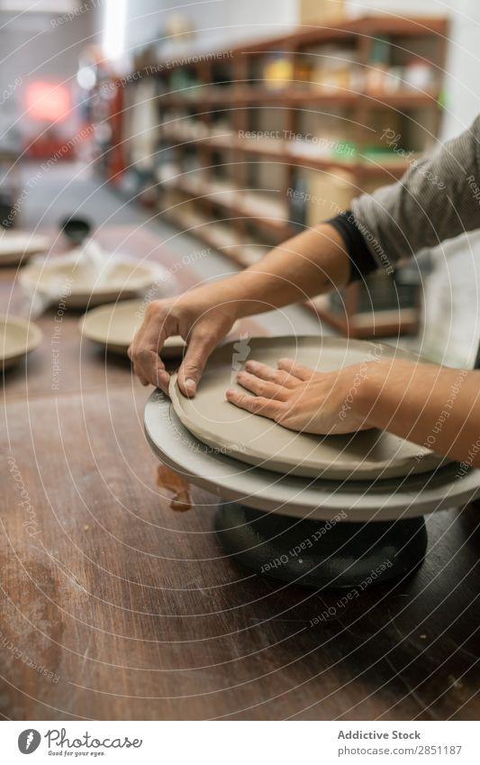Frau, die am Schreibtisch mit Ton arbeitet. Werkstatt Handwerk Modellierung Keramik Kunstgewerbler selbstgemacht Produktion beherrschen Stoff Schaffung Tisch