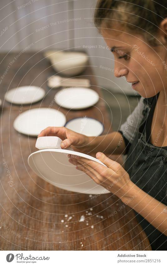 Frau, die mit Tonplatten arbeitet Werkstatt Geschirr Handarbeit Keramik Platten professionell machen Handwerkskunst Emaille Basteln Tonwaren