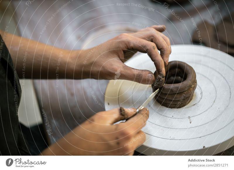 Getreidefrau bei der Arbeit mit Ton Frau Werkstatt Formgebung Instrument Kunsthandwerker Handarbeit Rad Kunstgewerbler Mitarbeiter Keramik roh Steingut