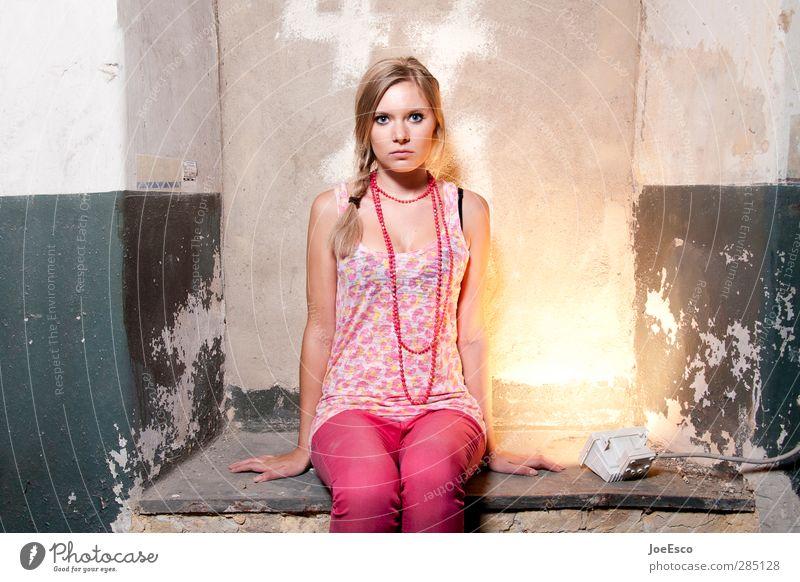 #233498 Lifestyle Stil Wohnung Keller Frau Erwachsene 1 Mensch 18-30 Jahre Jugendliche Mode Accessoire beobachten Erholung festhalten Kommunizieren träumen