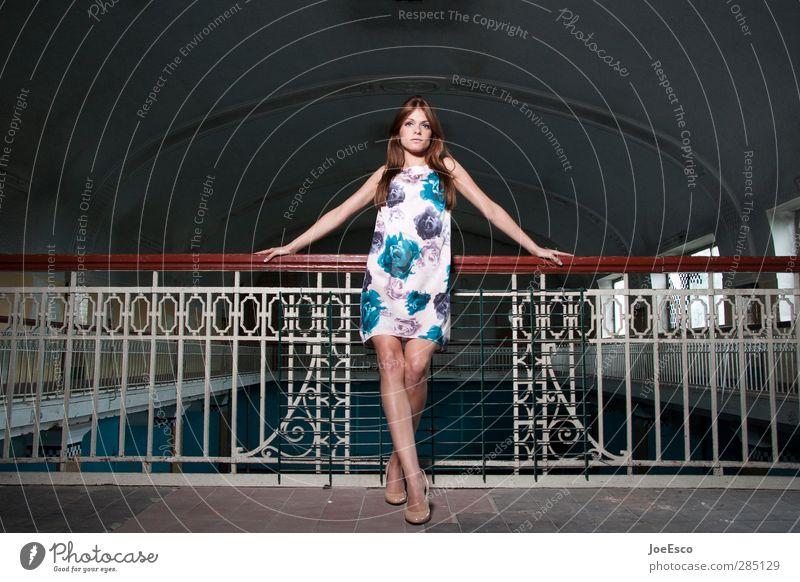 #239223 Lifestyle elegant Stil Innenarchitektur Frau Erwachsene Leben 1 Mensch 18-30 Jahre Jugendliche Bauwerk Mode Kleid brünett beobachten Erholung festhalten