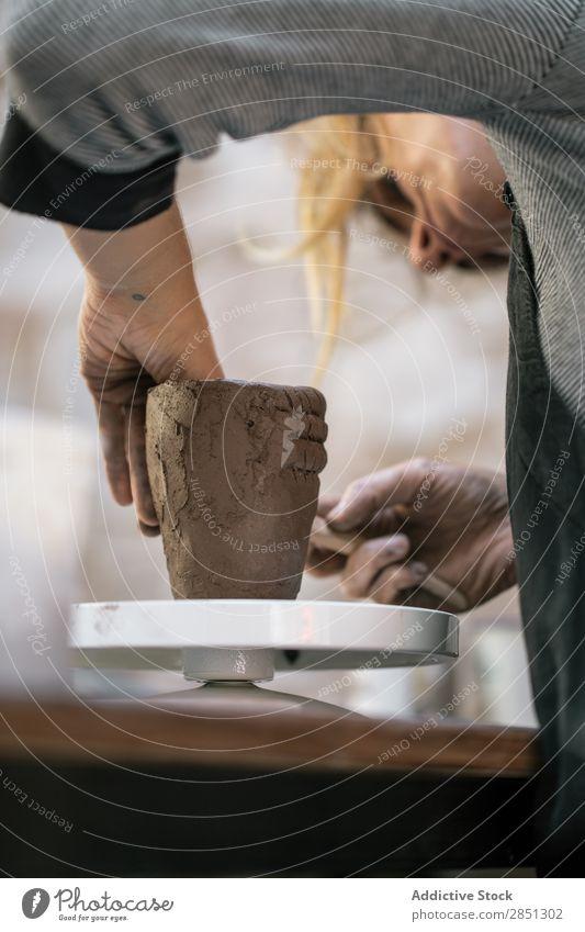Frau, die mit dem Tontopf arbeitet. Werkstatt Topf Formgebung Kunstgewerbler Steingut konzentriert Basteln Tradition Beruf beherrschen Arbeit & Erwerbstätigkeit