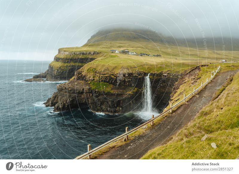 Felsküste mit einem Pfad, der auf der Spitze verläuft. Landschaft Küste Nebel Klippe Meer Weg Meereslandschaft Tourismus Ferien & Urlaub & Reisen Tourist