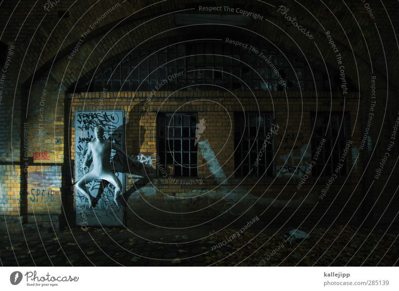 entfesselt Mensch Mann Stadt Erwachsene dunkel Graffiti Wand Mauer springen Autofenster Körper Haut maskulin Autotür silber hängen