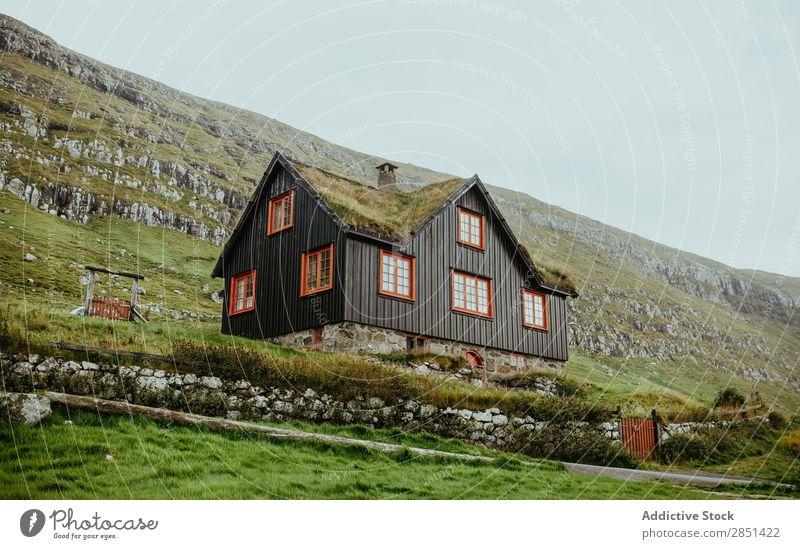 Holzhaus in felsigem Hochland Haus Mittelgebirge abgelegen Natur Cottage Länder Ferien & Urlaub & Reisen Architektur Landschaft Berge u. Gebirge ländlich Tal