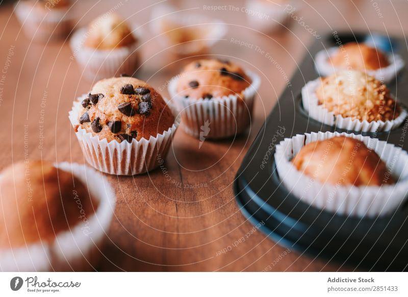 Hausgemachte Muffins mit Schokoladensamen braun süß Dessert Kaffee Kuchen frisch Tasse gebastelt Cupcake geschmackvoll dunkel Tisch Frühstück backen Jeton Zimt