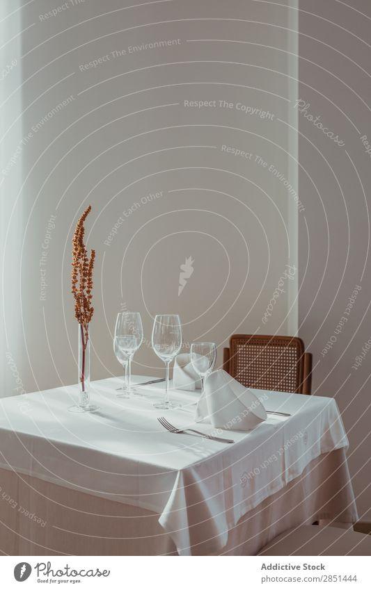 Filiale in der Vase auf dem Restauranttisch Innenarchitektur serviert Ast getrocknet Vasen Tisch Café klassisch Menschenleer Stuhl Serviette Glas Design Stil