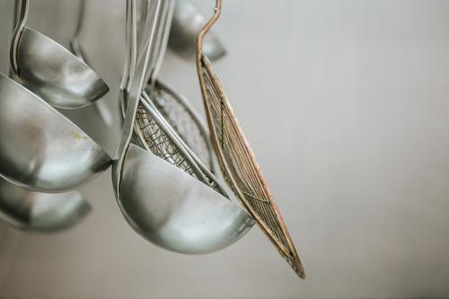 Aluminiumgerät in der Küche Schöpflöffel Leichtmetall Metall Lebensmittel rostfrei Löffel Portion Utensil kochen & garen Objektfotografie Suppe Gerät