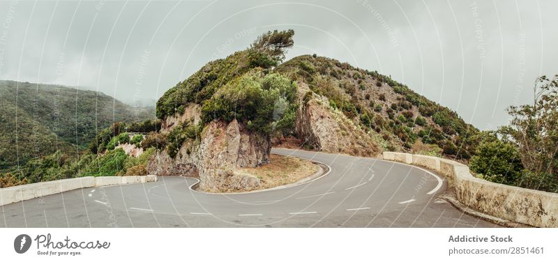 Gebogene Straße in den Bergen verdrehen Berge u. Gebirge Landschaft Kurve Natur Wolkendecke Autobahn Tourismus Ferien & Urlaub & Reisen Wege & Pfade trist