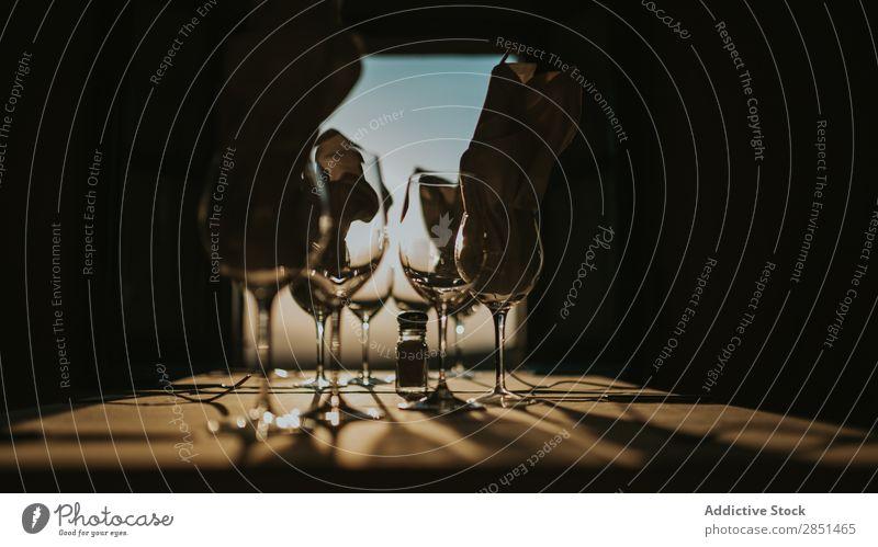Weingläser mit Servietten bei Dunkelheit Weinglas Ordnung Schatten Rezeption elegant Kristalle Aufschlag Reichtum Feste & Feiern Restaurant Festessen Glas