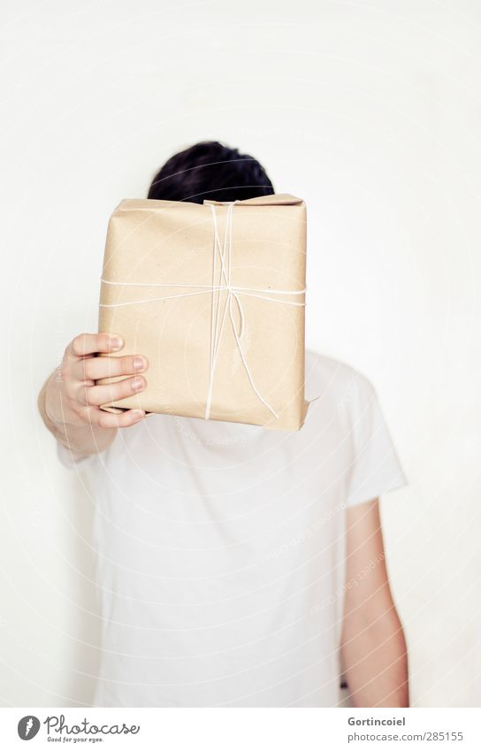 Für dich! Feste & Feiern Mensch Junger Mann Jugendliche Hand 1 Erwartung schenken Geschenk Geschenkpapier Geschenkband verpackt geben Weihnachten & Advent