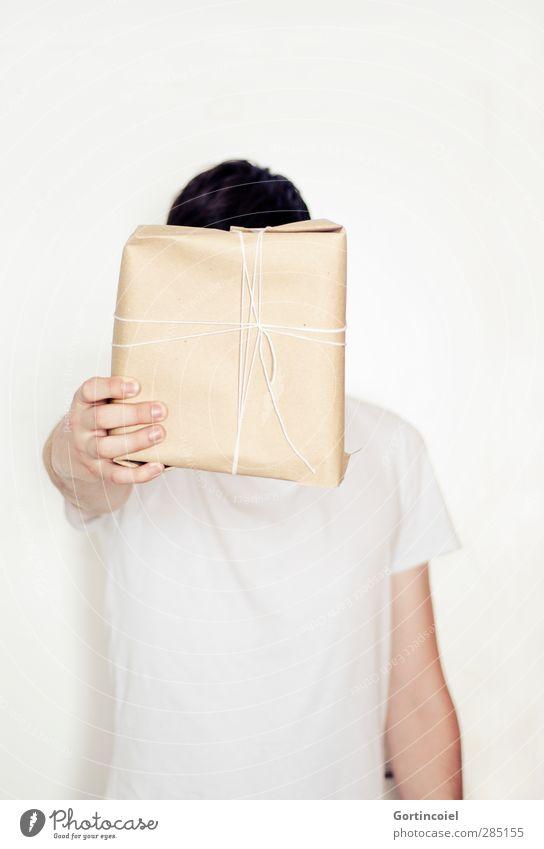 Für dich! Mensch Jugendliche Weihnachten & Advent weiß Hand Junger Mann Feste & Feiern hell Geschenk einfach festhalten Erwartung anonym geben verpackt schenken