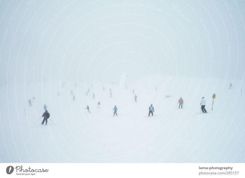 Schneegespenster Wintersport Skifahren Skipiste Menschenmenge schlechtes Wetter Nebel kalt weiß geisterhaft Außenaufnahme Textfreiraum oben Tag voll viele
