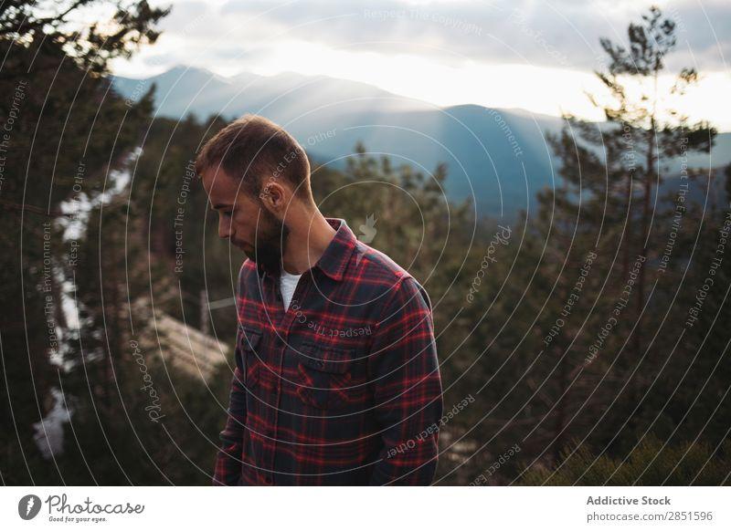 Mann im Wald stehend Wolken bärtig Natur Ferien & Urlaub & Reisen Lifestyle Mensch wandern Freizeit & Hobby Berge u. Gebirge Abenteuer Typ Ausflug Tourist