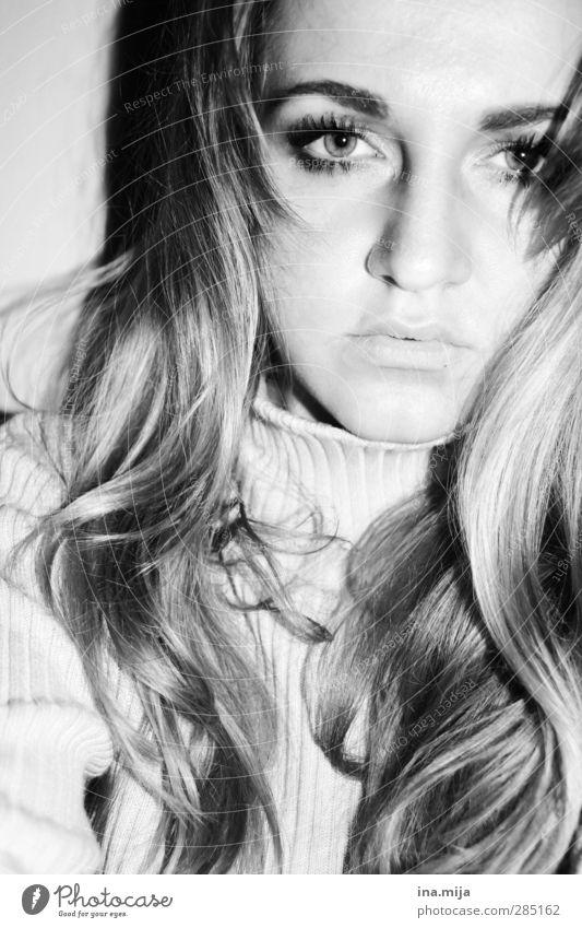 Gesicht einer langhaarigen jungen Frau schön Haare & Frisuren Wimperntusche feminin Junge Frau Jugendliche Erwachsene 1 Mensch 18-30 Jahre Locken ästhetisch