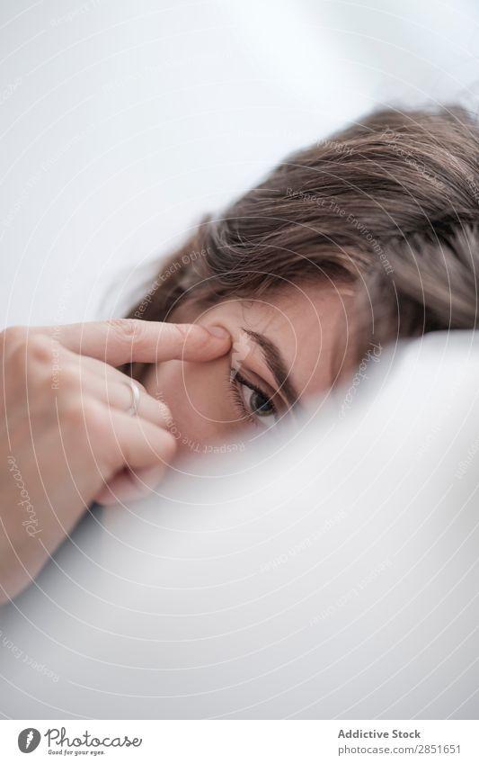 Frau, die im Bett posiert. Morgen Jugendliche Schlafzimmer Mädchen schön heimwärts weiß Mensch aussruhen Erholung lügen Kopfkissen Beautyfotografie träumen