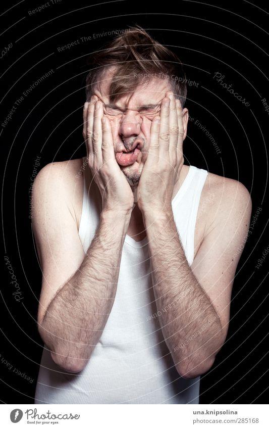kn(a)utschzone Gesicht Gesundheit Leben Wohlgefühl maskulin Mann Erwachsene 30-45 Jahre Unterhemd Rippstrick blond kurzhaarig alt berühren lustig trashig
