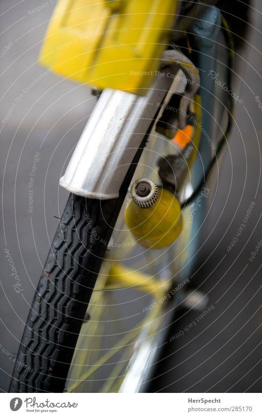 Frisch gestrichen Fahrrad alt außergewöhnlich einzigartig gelb selbstgemacht Farbstoff lackiert Fahrraddynamo Dynamo Reifen Licht Scheinwerfer Speichen Nabe Rad