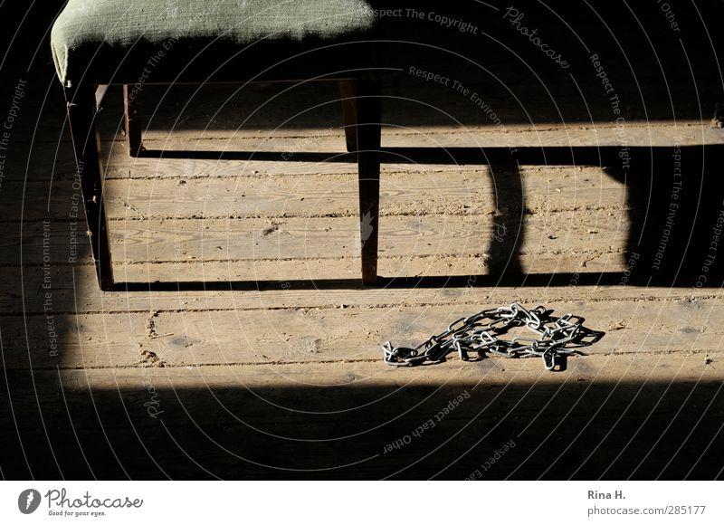 Fesseln Häusliches Leben Stuhl Dachboden bedrohlich Kontrolle Lust Konflikt & Streit Kette Handschellen entfesselt frei krankhaft Holzfußboden Gedeckte Farben