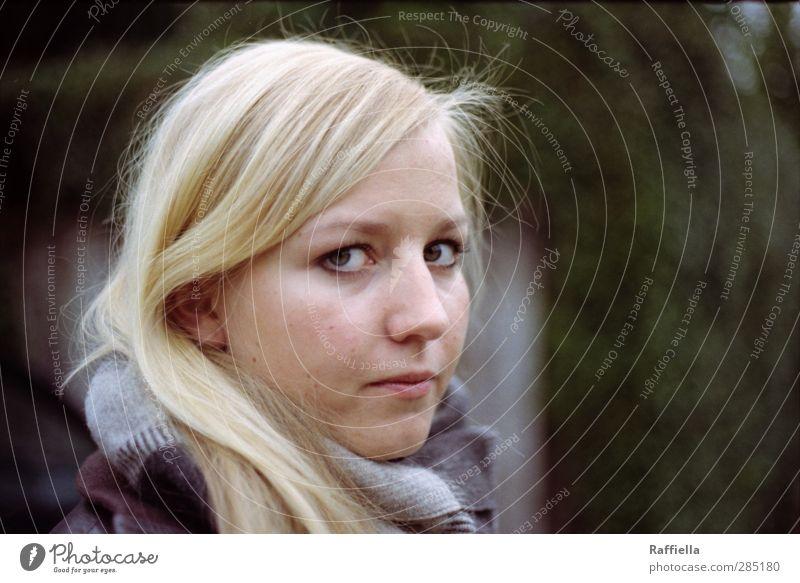 kritisch feminin Junge Frau Jugendliche Haut Kopf Haare & Frisuren Gesicht Auge Nase Mund 1 Mensch 18-30 Jahre Erwachsene Jacke Schal blond langhaarig Blick
